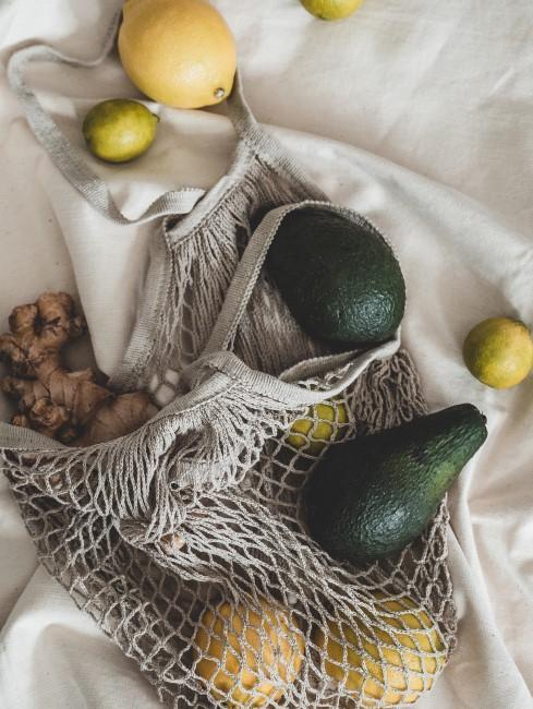 aguacates, limones, limas y jengibre en bolsa ecológica