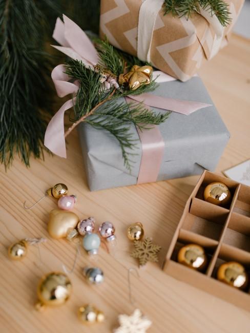árbol, regalo y bolas de navidad
