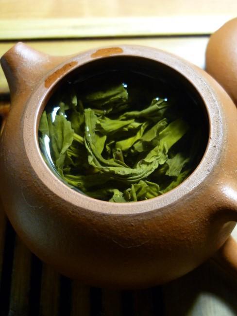 té verde en teteara de cerámica