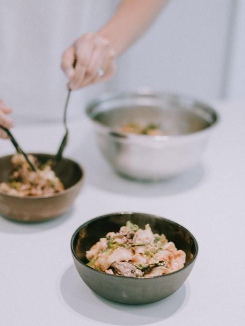preparacion de una cena sana en boles