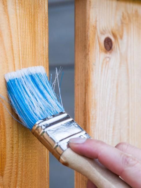 pincel barnizando madera