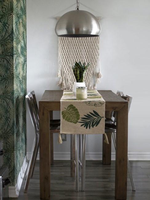 cocina con sillas y lampara de aluminio