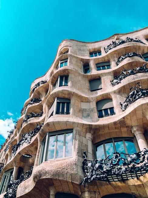 fachada edificio gaudi en barcelona