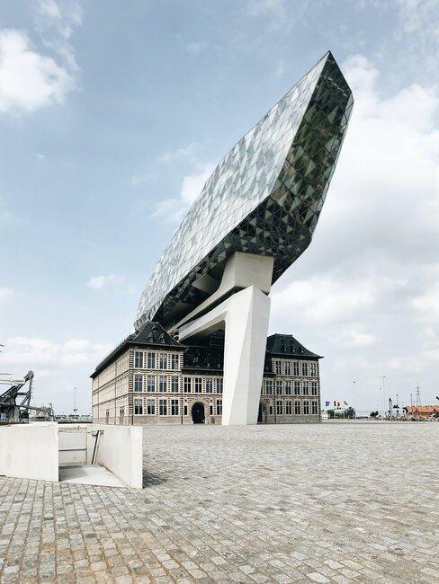 edificios fusionando estilo moderno y clásico