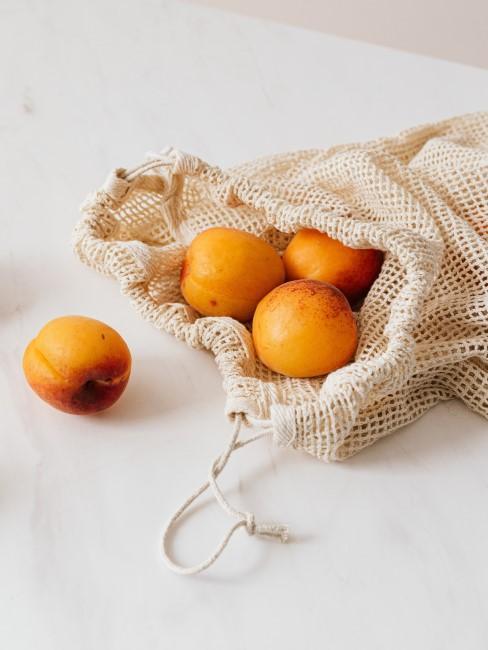 bolsa reutilizabla con melocotones como regalo ecológico