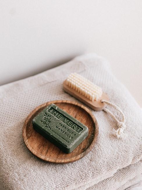 pastilla de jabón y cepillo equilógico