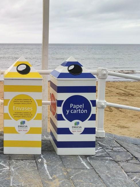 contenedores de plastico y papel en la playa