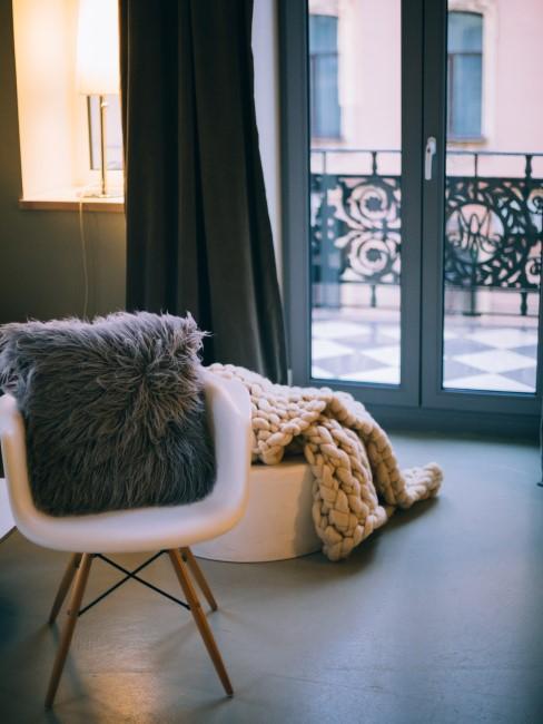salón en un piso pequeño con balcón