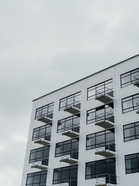 parte de un edificio bauhaus blanco y negro