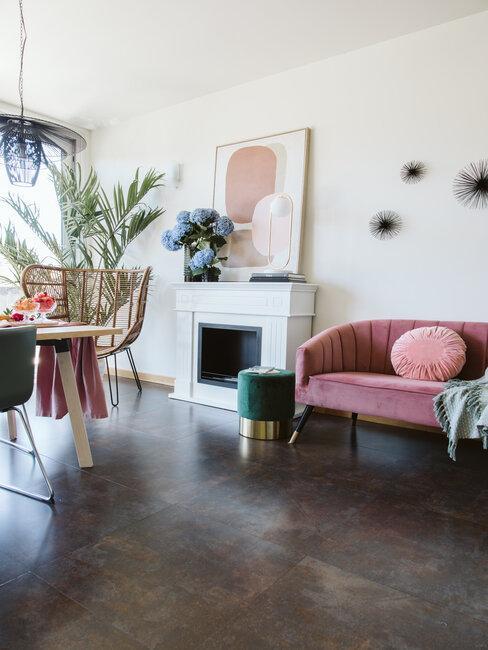salon en blanco con accesorios de colores