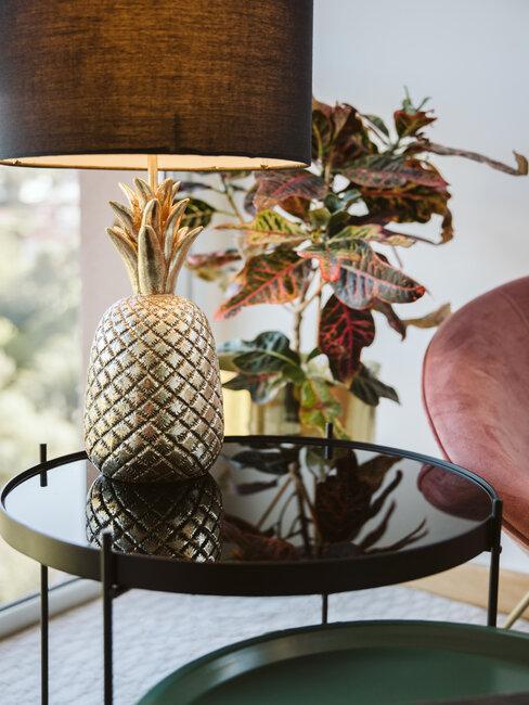 lámpara con forma de piña sobre mesa