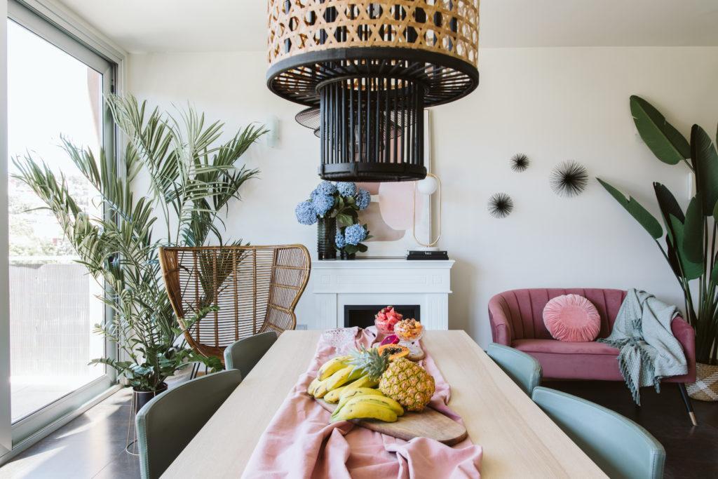 mesa salon comedor chimenea y plantas
