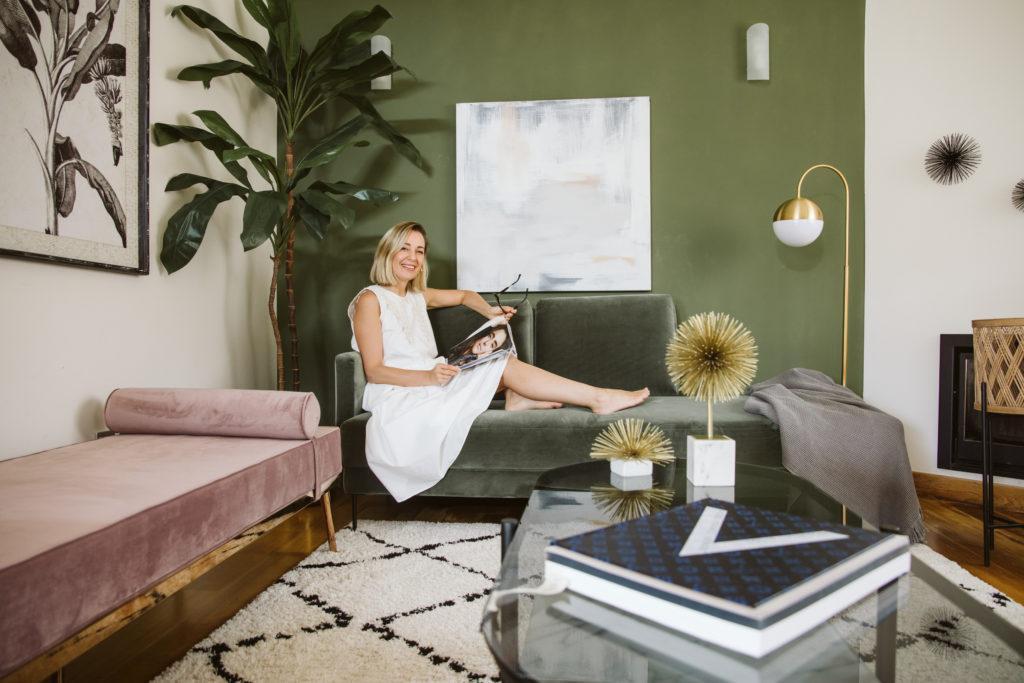 priscila sentada sofá verde leyendo