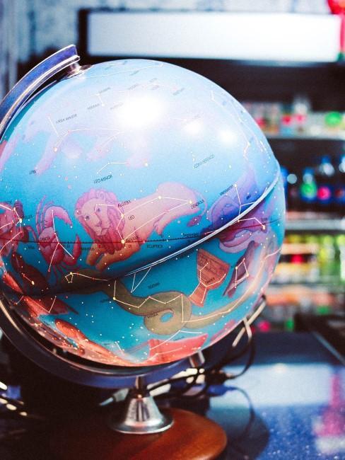 bola del mundo con los simbolos del horoscopo