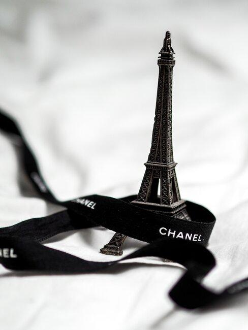 Torre Eiffel en miniatura en blanco y negro