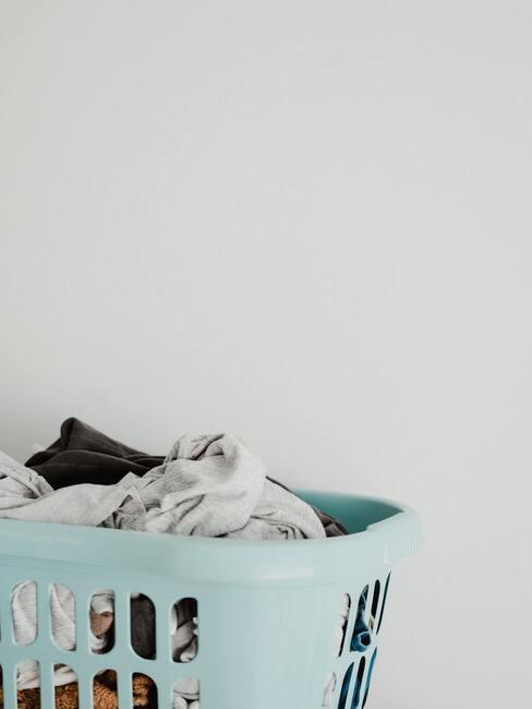 cesto de la colada con ropa
