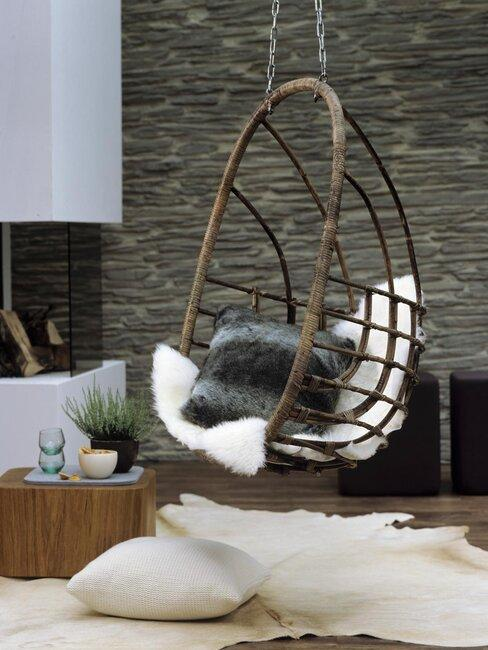 Silla colgante de madera con cojines