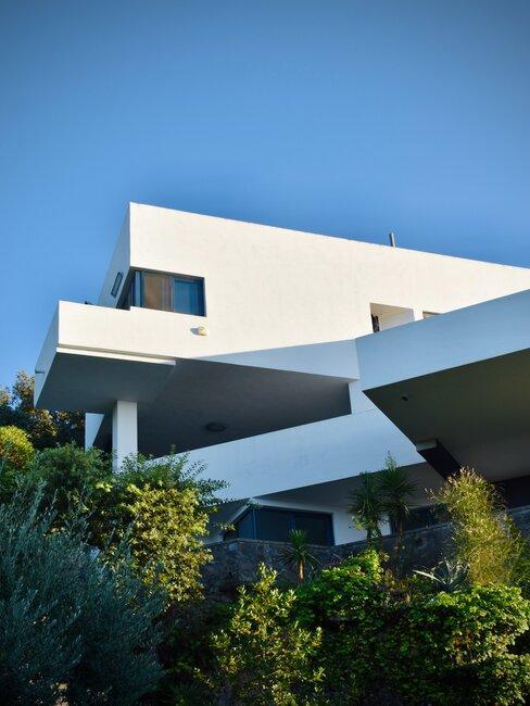 Casa blanca de diseño moderno