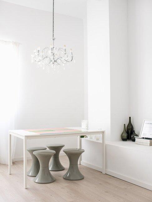 salon en blanco con mesas y taburetes