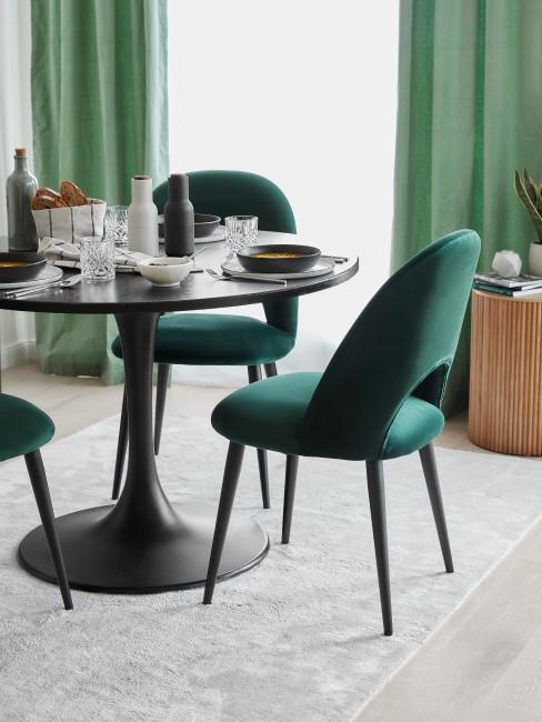 Comerdor con sillas verdes y cortinas verdes