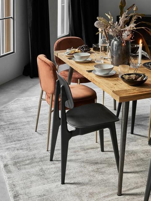 Comedor con mesa decorada en negro y cobre