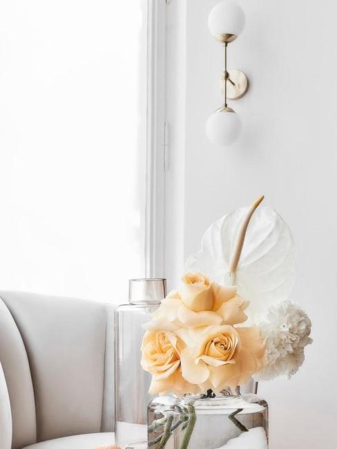 aplique en un salón con un jarrón y flores amarillas y blancas