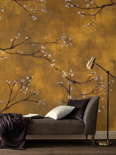 pared amarilla en un salón con un diván