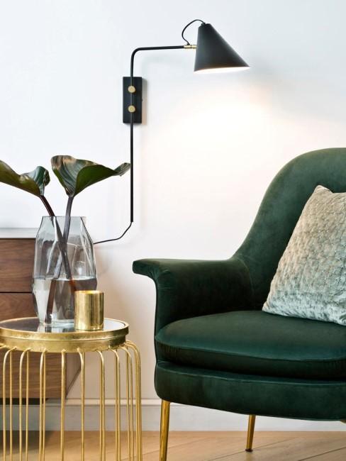 aplique negro en un salón con un sillón verde