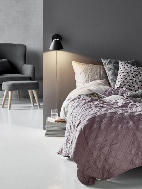 aplique negro en una habitación con una cama rosa