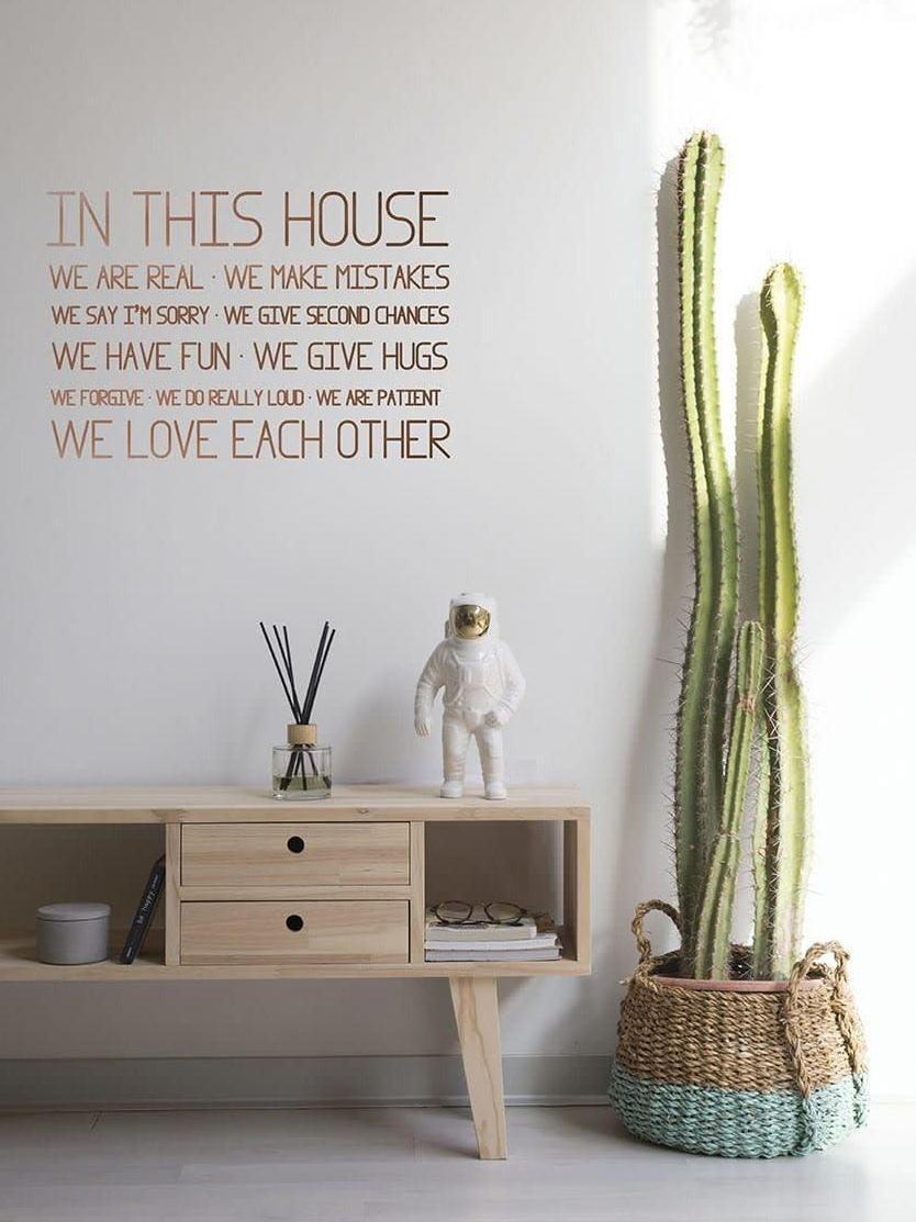 vinilo con frase en un salón con un cactus