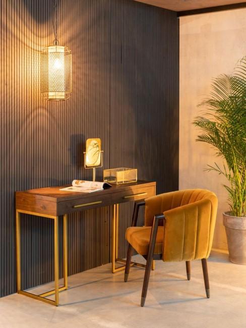 escriotorio de madera con una silla tapizada en mostaza