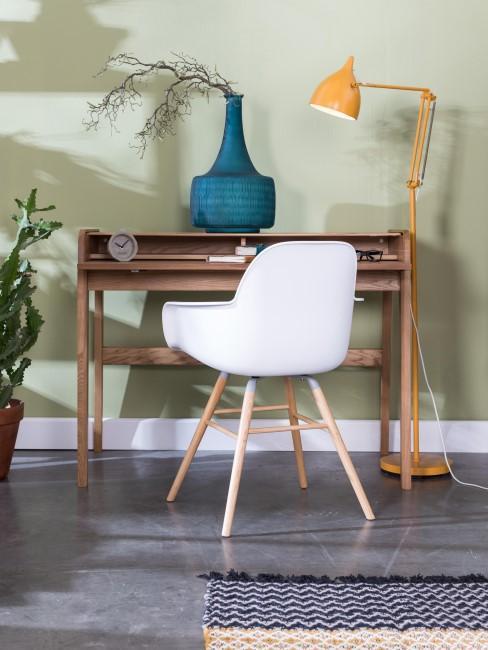 escritorio de madera con una silla blanca
