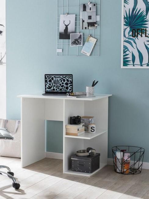 escritorio de oficina con estantarias y un ordenador