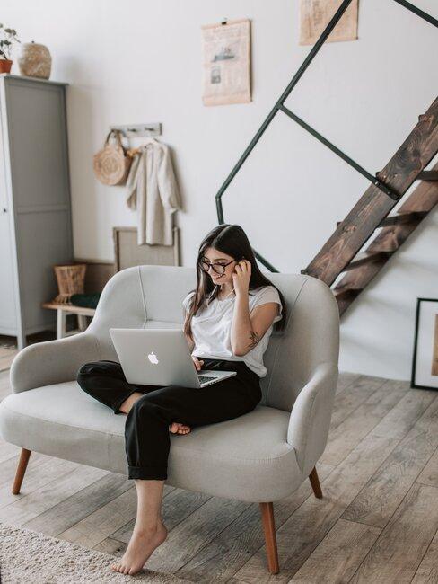 chica sentada en sofá con ordenador