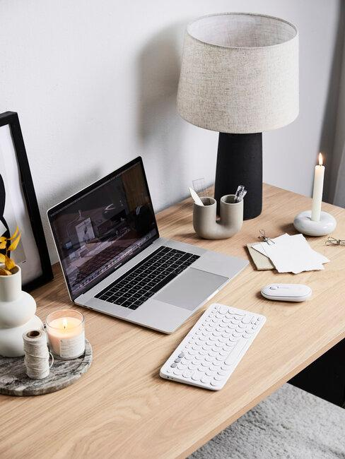 escritorio con ordenador, teclado y accesorios