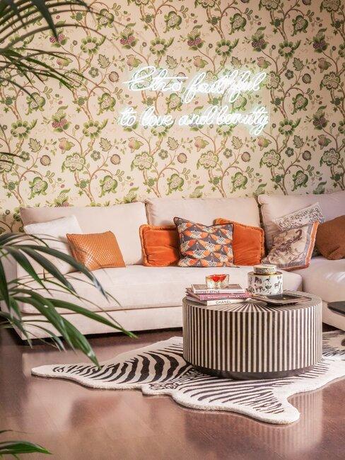 salón con papel pintado verde, sofá y alfombra rayas