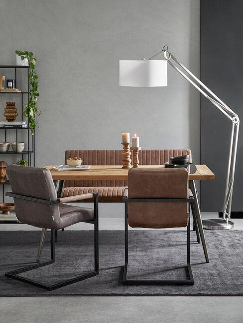 sillas y sofá de cuero marrones y lámpara blanca