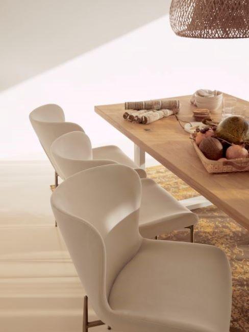 sillas beige con mesa de madera