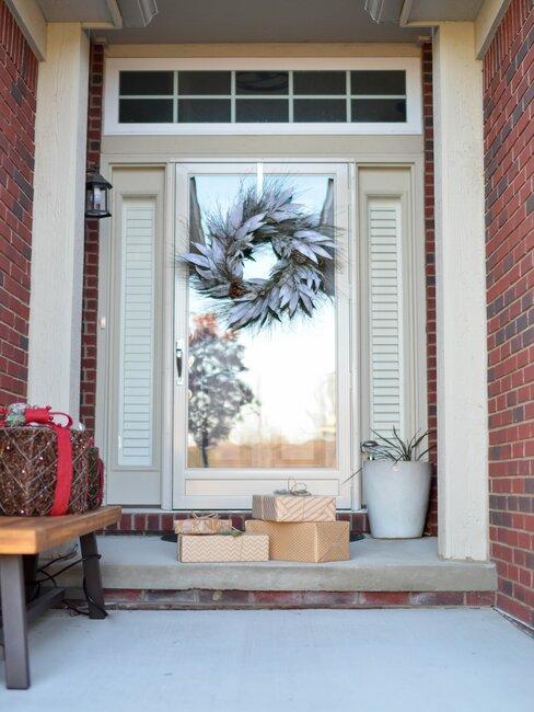porche de entrada a una casa con corona de plumas