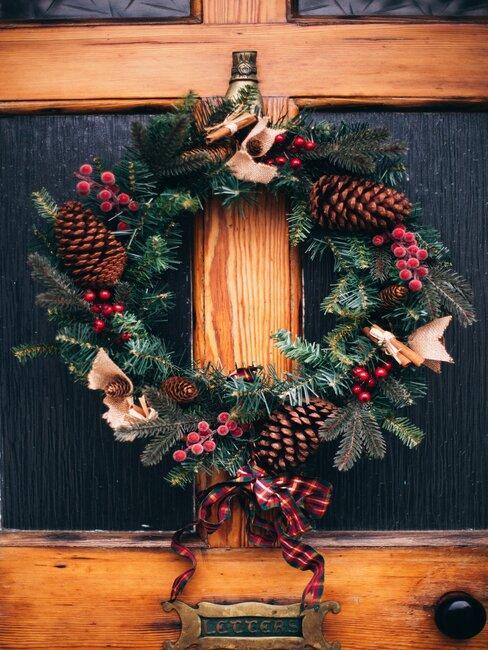 corona de navidad con piñas y acebo