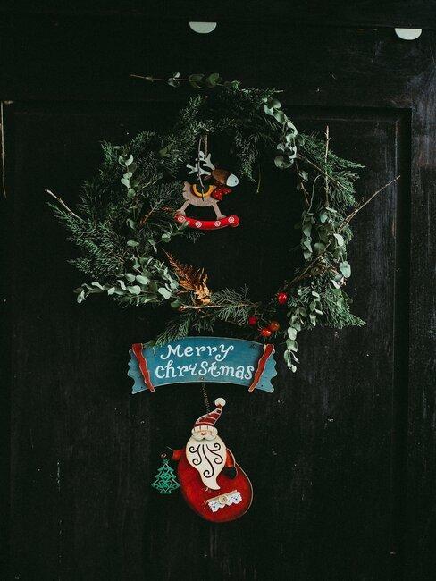 corona de navidad con adornos de papa noel y reno