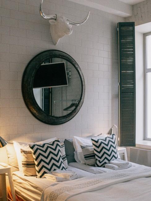habitación con decoración hygge con un espejo