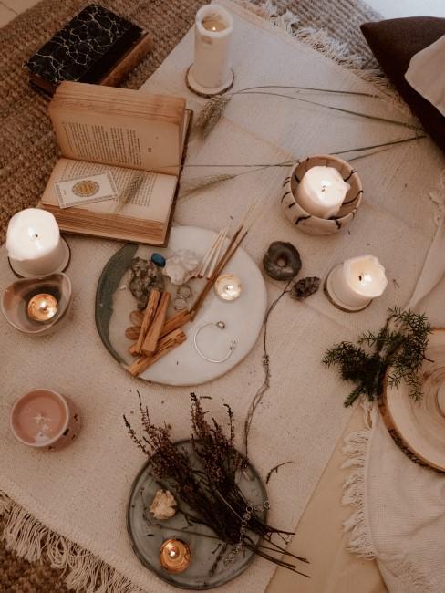 velas, un libro y plantas para meditación
