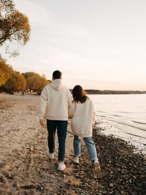 pareja pasenado por la orilla del rio
