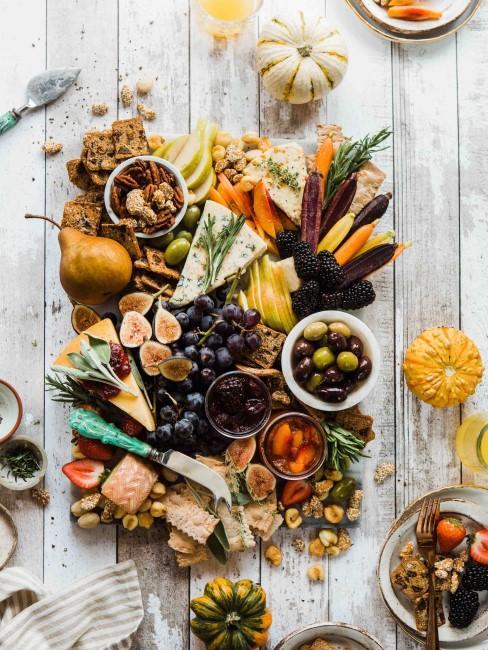 una bandeja con alimentos sanos para una alimentación saludable