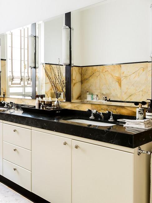 baño en blanco y negro con diferentes mármoles