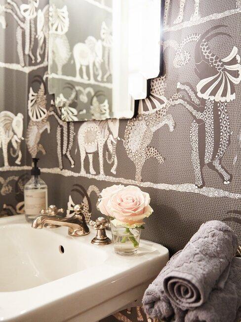 papel pintado de animales en grises en el baño