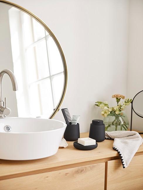 accesorios de baño negros junto al lavabo