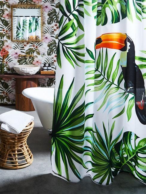 baño con varios estampados tropicales pared y cortina