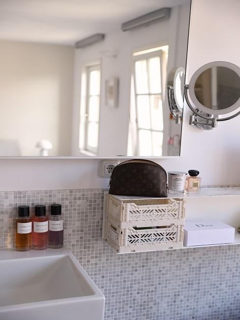 baño con cajas espejos y frascos de cristal